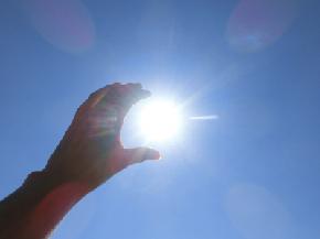 希望の光をつかむ