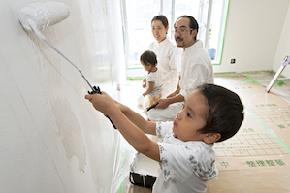 家族で漆喰塗り
