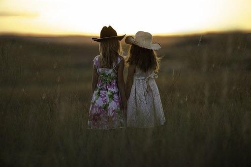 sisters-931151__340.jpg