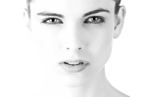 女性顔 白黒.jpg