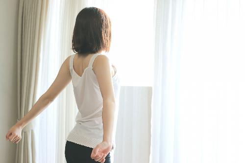 女性&窓辺.jpg