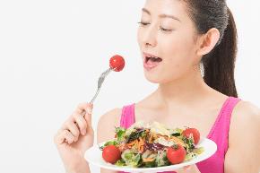 食べる女性.jpg