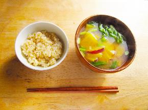 味噌汁と玄米ご飯.jpg