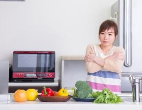 女性 寒い キッチン.jpg