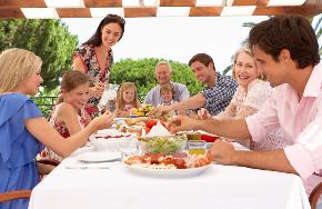 家族で食事.png
